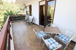 Балкон. Черногория, Бечичи : Апартамент для 10-12 человек, c 2-мя гостиными, 4-мя отдельными спальнями, 2-мя ванными комнатами и 2-мя балконами