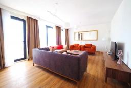 Гостиная. Черногория, Крашичи : Роскошная пляжная вилла с бассейном и двориком, 5 спален, 5 ванных комнат, сауна, барбекю, парковка, Wi-Fi
