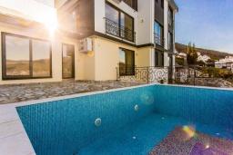 Черногория, Крашичи : Роскошная пляжная вилла с бассейном и двориком, 5 спален, 5 ванных комнат, сауна, барбекю, парковка, Wi-Fi