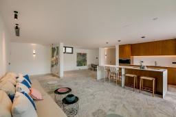 Гостиная. Черногория, Обала Джурашевича : Комплекс из двух роскошных вилл с бассейном и частным пляжем, 9 спален, 10 ванных комнат, парковка, Wi-Fi