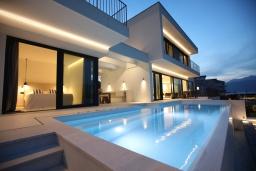 Фасад дома. Черногория, Обала Джурашевича : Комплекс из двух роскошных вилл с бассейном и частным пляжем, 9 спален, 10 ванных комнат, парковка, Wi-Fi