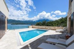 Бассейн. Черногория, Крашичи : Роскошная вилла пляжная вилла с бассейном и приватным двориком, 5 спален, 6 ванных комнат, парковка, Wi-Fi