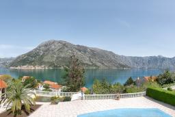 Вид на море. Черногория, Столив : Комплекс из двух роскошных вилл в 50 метрах от пляжа, с бассейном и зеленым двориком, 6 спален, 6 ванных комнат, джакузи, бильярд, парковка, Wi-Fi