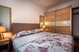 Спальня. Черногория, Рафаиловичи : Апартамент в 30 метрах от пляжа с гостиной, отдельной спальней и балконом с видом на море