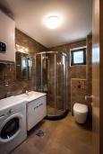 Ванная комната. Черногория, Рафаиловичи : Апартамент в 30 метрах от пляжа с гостиной, отдельной спальней и балконом с видом на море