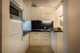 Кухня. Черногория, Рафаиловичи : Апартамент в 30 метрах от пляжа с гостиной, отдельной спальней и балконом с видом на море