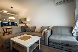 Гостиная. Черногория, Рафаиловичи : Апартамент в 30 метрах от пляжа с гостиной, отдельной спальней и балконом с видом на море