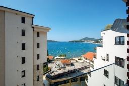 Вид на море. Черногория, Рафаиловичи : Апартамент в 30 метрах от пляжа с гостиной, отдельной спальней и балконом с видом на море