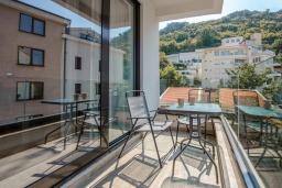 Балкон. Черногория, Рафаиловичи : Апартамент в 30 метрах от пляжа с гостиной, отдельной спальней и балконом с видом на море