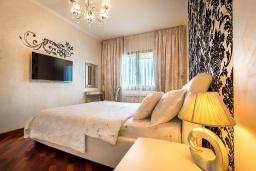 Спальня. Черногория, Рафаиловичи : Апартамент в 10 метрах от пляжа с гостиной, двумя спальнями и балконом с шикарным видом на море