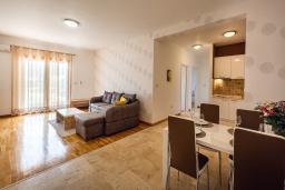Гостиная. Черногория, Рафаиловичи : Апартамент в 10 метрах от пляжа с гостиной, двумя спальнями и балконом с шикарным видом на море
