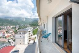 Балкон. Черногория, Рафаиловичи : Апартамент в 10 метрах от пляжа с гостиной, двумя спальнями и балконом с шикарным видом на море