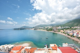 Вид на море. Черногория, Рафаиловичи : Апартамент в 10 метрах от пляжа с гостиной, двумя спальнями и балконом с шикарным видом на море