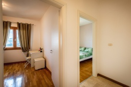 Коридор. Черногория, Рафаиловичи : Апартамент в 10 метрах от пляжа с гостиной, двумя спальнями и балконом с шикарным видом на море