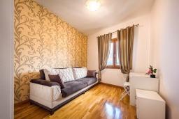 Спальня 2. Черногория, Рафаиловичи : Апартамент в 10 метрах от пляжа с гостиной, двумя спальнями и балконом с шикарным видом на море