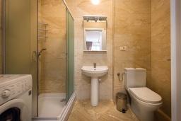 Ванная комната. Черногория, Рафаиловичи : Апартамент в 10 метрах от пляжа с гостиной, двумя спальнями, двумя ванными комнатами и большим балконом с шикарным видом на море