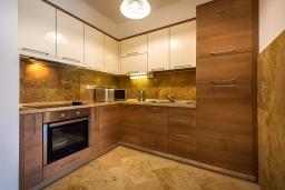 Кухня. Черногория, Рафаиловичи : Апартамент в 10 метрах от пляжа с гостиной, двумя спальнями, двумя ванными комнатами и большим балконом с шикарным видом на море