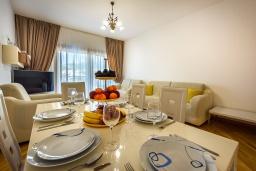Гостиная. Черногория, Рафаиловичи : Апартамент в 10 метрах от пляжа с гостиной, двумя спальнями, двумя ванными комнатами и большим балконом с шикарным видом на море