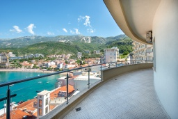 Балкон. Черногория, Рафаиловичи : Апартамент в 10 метрах от пляжа с гостиной, двумя спальнями, двумя ванными комнатами и большим балконом с шикарным видом на море