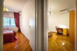 Коридор. Черногория, Рафаиловичи : Апартамент в 10 метрах от пляжа с гостиной, двумя спальнями, двумя ванными комнатами и большим балконом с шикарным видом на море