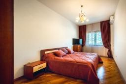 Спальня. Черногория, Рафаиловичи : Апартамент в 10 метрах от пляжа с гостиной, двумя спальнями, двумя ванными комнатами и большим балконом с шикарным видом на море