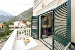 Балкон. Черногория, Доброта : Апартамент в комплексе с бассейном, с гостиной, двумя спальнями и балконом с видом на море и горы