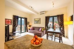 Гостиная. Черногория, Доброта : Апартамент в комплексе с бассейном, с гостиной, двумя спальнями и балконом с видом на море и горы