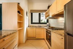 Кухня. Черногория, Доброта : Апартамент в комплексе с бассейном, с гостиной, двумя спальнями и балконом с видом на море и горы