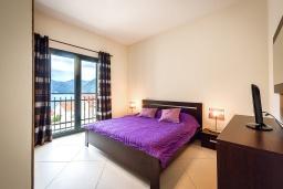 Спальня. Черногория, Доброта : Апартамент в комплексе с бассейном, с гостиной, двумя спальнями и балконом с видом на море и горы