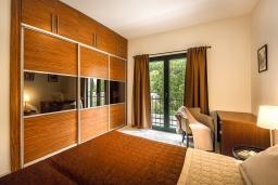 Спальня 2. Черногория, Доброта : Апартамент в комплексе с бассейном, с гостиной, двумя спальнями и балконом с видом на море и горы