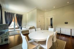 Гостиная. Черногория, Тиват : Роскошный апартамент с гостиной, отдельной спальней и балконом
