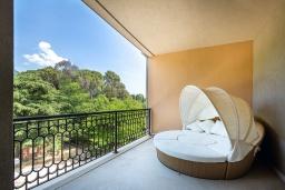 Балкон. Черногория, Тиват : Роскошный апартамент с гостиной, отдельной спальней и балконом