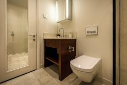 Ванная комната. Черногория, Тиват : Роскошный апартамент с гостиной, отдельной спальней и балконом