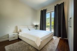 Спальня. Черногория, Тиват : Роскошный апартамент с гостиной, отдельной спальней и балконом