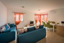Гостиная. Черногория, Бечичи : Апартамент с большой гостиной, тремя спальнями и балконом