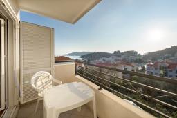 Балкон. Черногория, Бечичи : Апартамент с большой гостиной, тремя спальнями и балконом