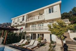 Фасад дома. Черногория, Зеленика : Роскошная вилла в 20 метрах от пляжа и с шикарным видом на море, 4 спальни, 2 ванные комнаты, бассейн, зеленый дворик, парковка, Wi-Fi