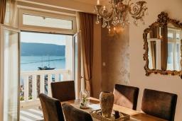 Обеденная зона. Черногория, Зеленика : Роскошная вилла в 20 метрах от пляжа и с шикарным видом на море, 4 спальни, 2 ванные комнаты, бассейн, зеленый дворик, парковка, Wi-Fi
