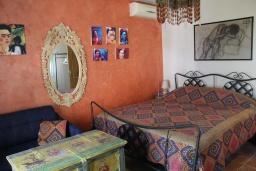 Спальня. Черногория, Костаньица : Апартамент для 2 человек с отдельной спальней, садом и террасой, 10 метров до пляжа