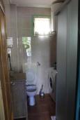 Ванная комната. Черногория, Костаньица : Апартамент для 2 человек с отдельной спальней, садом и террасой, 10 метров до пляжа