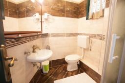 Ванная комната. Черногория, Костаньица : Апартамент для 3 человек с двумя спальнями и балконом с шикарным видом на море, 10 метров до пляжа
