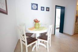 Обеденная зона. Черногория, Костаньица : Апартамент для 3 человек с двумя спальнями и балконом с шикарным видом на море, 10 метров до пляжа