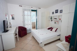 Спальня. Черногория, Костаньица : Апартамент для 4 человек с двумя спальнями и балконом с шикарным видом на море, 10 метров до пляжа