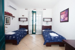 Спальня 2. Черногория, Костаньица : Апартамент для 4 человек с двумя спальнями и балконом с шикарным видом на море, 10 метров до пляжа