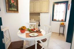 Обеденная зона. Черногория, Костаньица : Апартамент для 4 человек с двумя спальнями и балконом с шикарным видом на море, 10 метров до пляжа