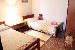 Спальня 2. Черногория, Костаньица : Апартамент для 4 человек гостиной, двумя спальнями и большим балконом с шикарным видом на море, 10 метров до пляжа