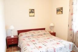 Спальня. Черногория, Костаньица : Апартамент для 4 человек гостиной, двумя спальнями и большим балконом с шикарным видом на море, 10 метров до пляжа