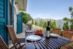 Терраса. Черногория, Костаньица : Апартамент для 2 человек с отдельной спальней и террасой с шикарным видом на море, 10 метров до пляжа