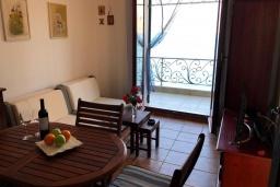 Гостиная. Черногория, Костаньица : Современный апартамент для 3 человек, с 2-мя отдельными спальнями, с балконом с шикарным видом на море, 10 метров до пляжа