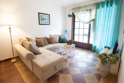 Гостиная. Черногория, Костаньица : Апартамент для 4 человек с двумя спальнями и балконом с шикарным видом на море, 10 метров до пляжа